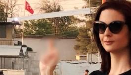 Türk Bayrağı'na el işareti ile hakaret etti